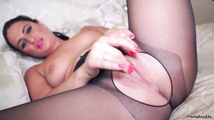 Красавица в колготках занимается вагинальной мастурбацией