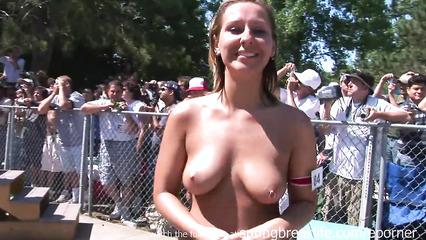 Девушки демонстрируют обнаженные тела перед публикой