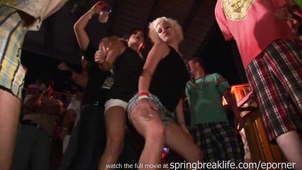 Студентки зажигают и развлекаются на вечеринке в клубе