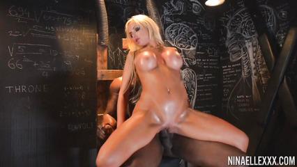 Откровенный половой акт аппетитной блондинки и негритоса