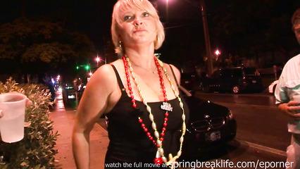 Блондинка демонстрирует сиськи в общественном месте