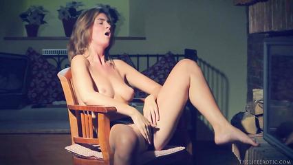 Женственная телка добилась удовлетворения мастурбацией