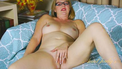 Взрослая блондинка в очках мастурбирует вагину