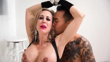 Азиатский парень развлекается с изумительной бабенкой