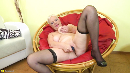 Старая блондинка запихивает секс игрушку во влагалище