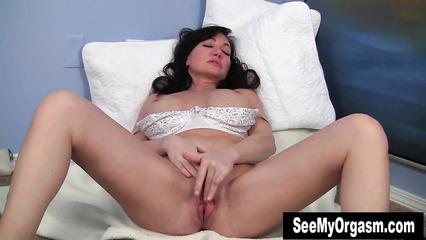 Взрослая сучка раздвигает ножки и мастурбирует киску