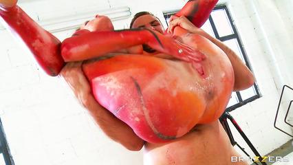 Разрисованная брюнетка получает струйный оргазм