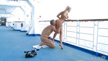 Соблазнительную блондинку трахают на палубе