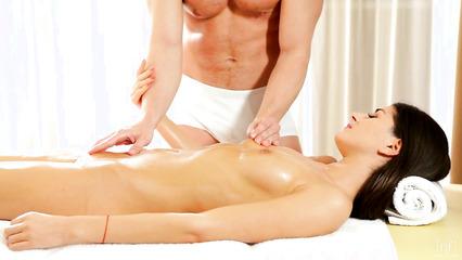 Нежный массаж с продолжением для возбужденной клиентки