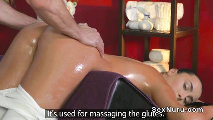 Откровенный женский массаж возбудил клиентку