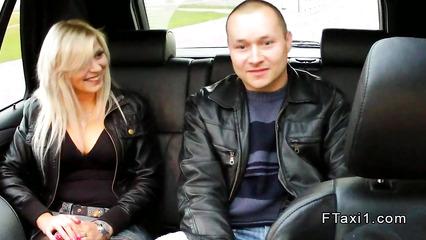 Озабоченный водила предложил парочке заняться сексом на заднем сиденье