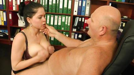 Наглый босс выебал секретаршу за провинность в своем кабинете