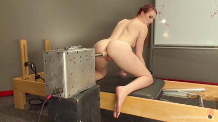 Забавные секс машинки доводят до бурного орагазма рыжую бестию