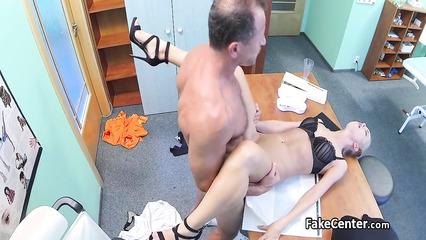 Секс у врача на столе прямо в кабинете