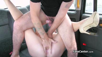 Зрелая сучка с красивой жопой потрахалась с таксистом за подвоз