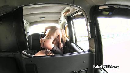 Зрелая пассажирка такси расплачивается натурой на заднем сиденье