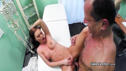 Пышная студентка раздвигает ножки и трахается во влагалище с гинекологом