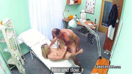 Похабный врач оттрахал понравившиеся блондиночку на личном осмотре