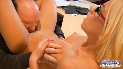 Престарелый начальник вылизывает киску молоденькой секретарши
