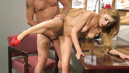 Озабоченный начальник сношает красивую секретаршу за рабочим столом