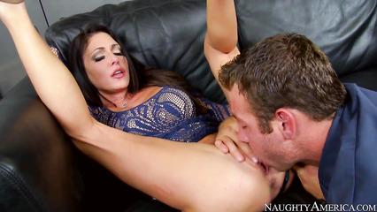 Возбужденная телочка получает куннилингус от парня перед отсосом
