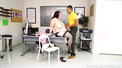 Озабоченный физрук оттрахал в аудитории толстую преподавательницу