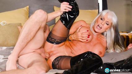 Зрелая дамочка использует большой пенис связанного паренька