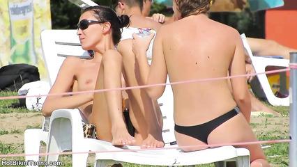 Соблазнительные студентки расхаживают с голыми титьками у бассейна