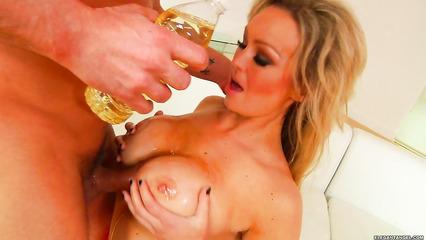 Блондинистая зрелка готовит член парня к жесткому сексу дрочкой дойками