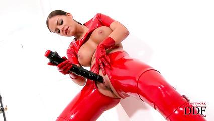 Сексуальная фетишистка дрочит бритую киску здоровенным дилдо