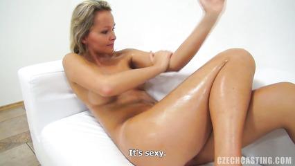 Улыбчивая блондиночка на кастинге натирается полностью маслом