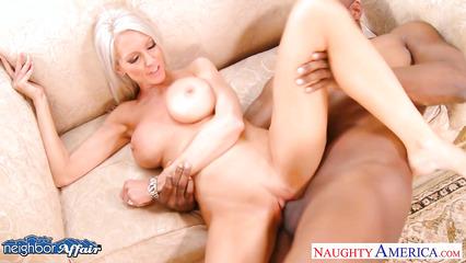 Негритос топчет между ног зрелую блондинку