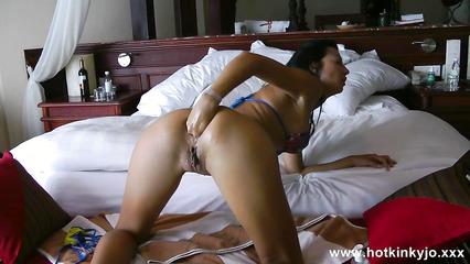 Худенькая шалашовка в отеле ублажает сочную задницу фистингом