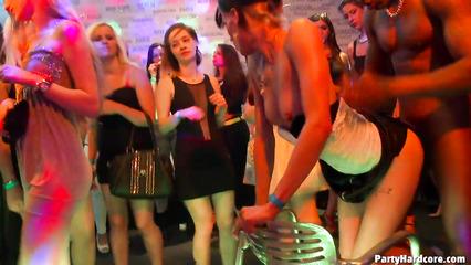 Похабные девушки трахаются со стриптизерами в ночном клубе
