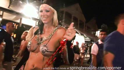 Зрелые развратницы показывают буфера на сексуальном фестивале
