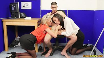 Две офисные прошмандовки сосут длинный пенис молодого сотрудника