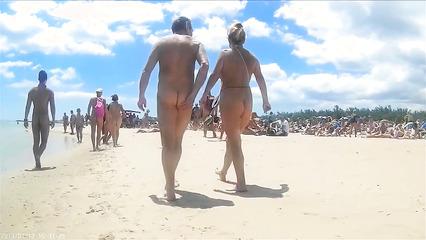 Зрелые тетки светят большими задницами на нудистском пляже