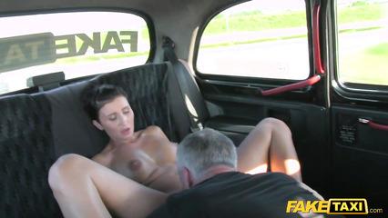 Длинноногая брюнетка согласилась на секс с таксистом после куннилингуса
