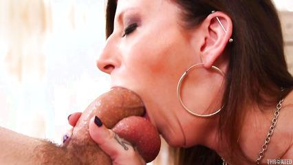 Заглатывает большой пенис вместе с яйцами