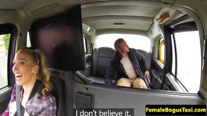 Возбужденная таксистка трахается в машине с пошлым пассажиром
