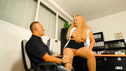 Зрелая начальница принимает на работу мужика через горячий секс