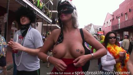Зрелые развратницы показывают большие дойки на фестивале