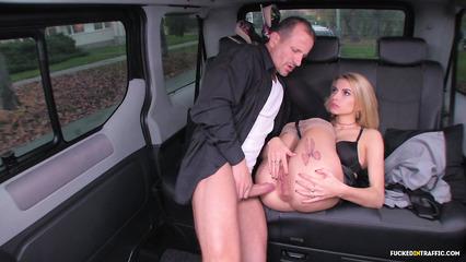 Озабоченный водить отымел а заднем сидении сексапильную госпожу