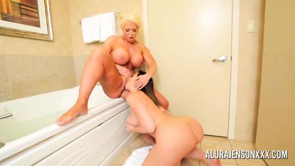 Соблазнительные дамочки наслаждаются в ванной лесбийским сексом