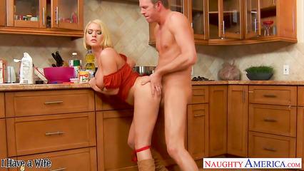 Строгий муж выпорол жену за плохой завтрак большим членом на кухне