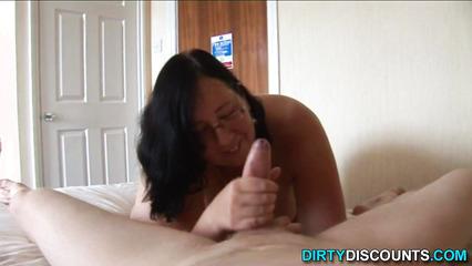 Очкастая толстушка в возрасте искусно дрочит пенис обольстителя