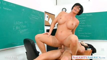 Развращенная дамочка насаживается на большой болт студента