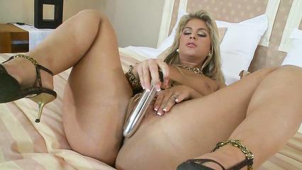Горячая блонда раскинув колени мастурбирует дырки твердым вибратором
