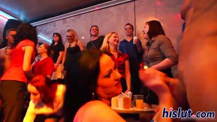 Знойные девушки на вечеринке соглашаются отсасывать пошлым дружкам