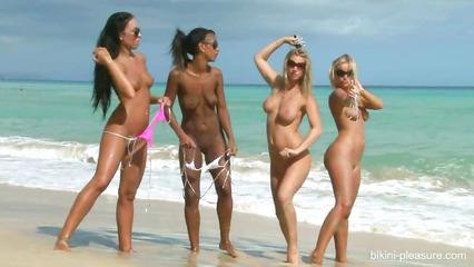 Сексапильные озорницы стягивают с себя купальники на пляже